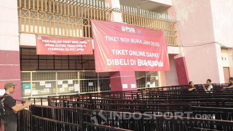 Loket pembelian tiket laga semifinal Piala AFF U18. Copyright: © INDOSPORT/Fitra Herdian