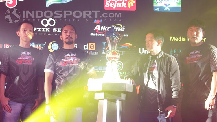 Trofi yang akan dibawa pulang juara kompetisi Kratingdaeng Indonesia Esport Championship (IEC) 2018. Copyright: © Dimas Ramadhan/INDOSPORT
