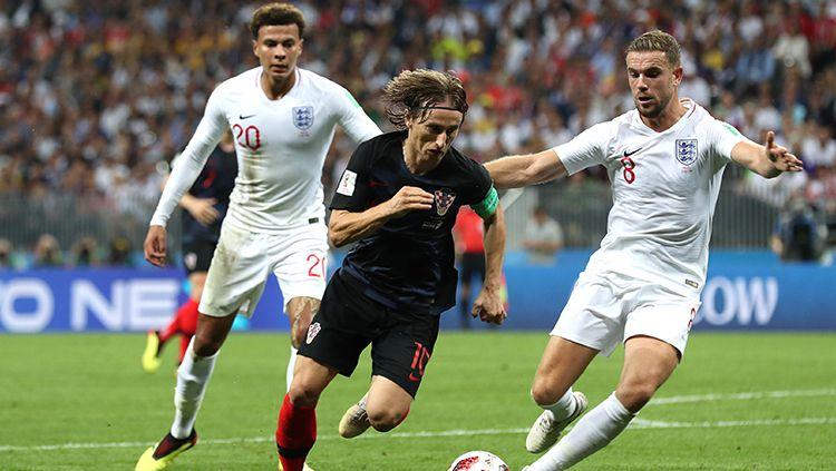 Luka Modric berada dalam penjagaan Jordan Henderson. Copyright: © INDOSPORT