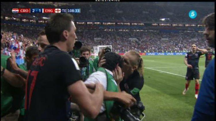 Pemain Kroasia mencium fotografer saat selebrasi gol Mandzukic. Copyright: © Marca.
