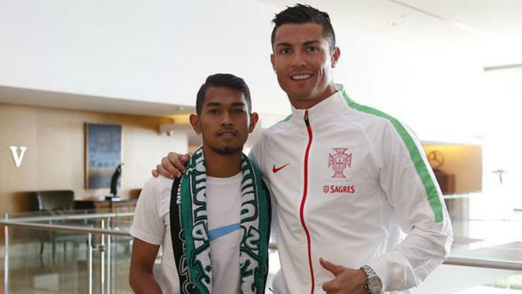 Martunis saat berfoto bersama Cristiano Ronaldo. Copyright: © INTERNET
