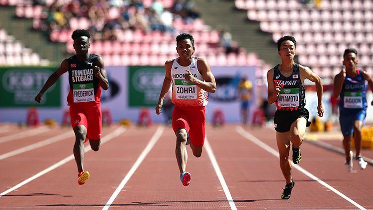 Lalu Muhammad Zohri (kedua dari kiri) duel dengan pelari Trinidad dan Tobago dan Jepang. Copyright: © INDOSPORT