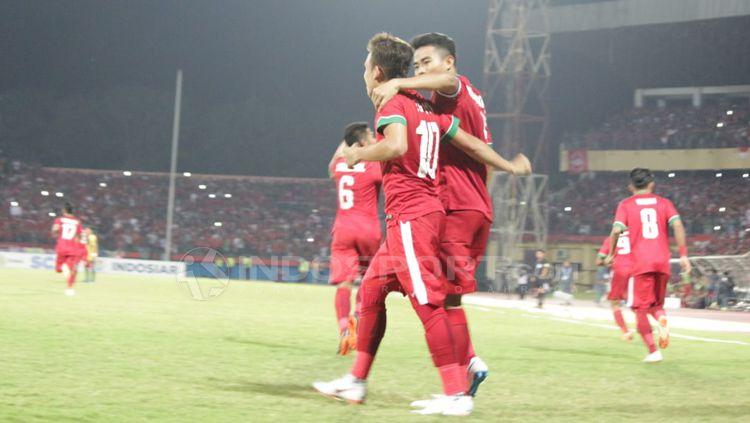 Egy Maulana Vikri dan rekannya usai merayakan gol. Copyright: © Fitra Herdian/Indosport