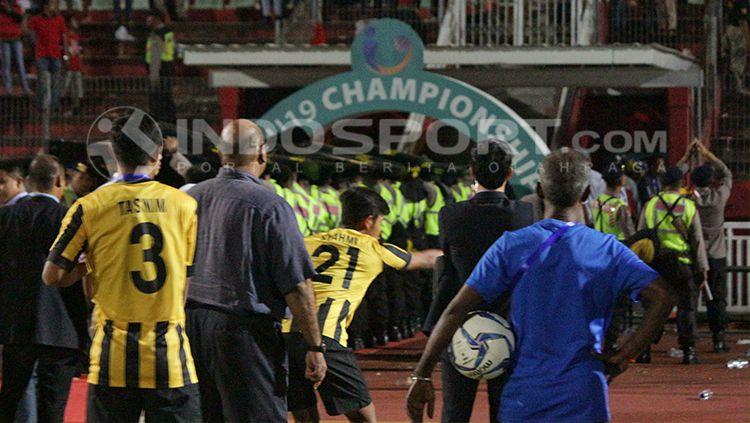 Tim Malaysia U-19 menjadi sasaran lemparan botol dari oknum suporter Indonesia di Sidoarjo. Copyright: © INDOSPORT/Fitra Herdian
