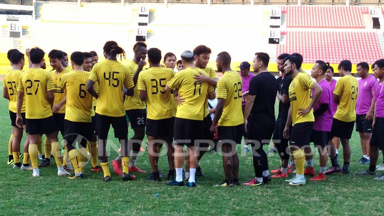 Para pemain Sriwijaya berpamitan usai dilepas oleh pihak manajemen klub. Copyright: © INDOSPORT/Muhammad Effendi
