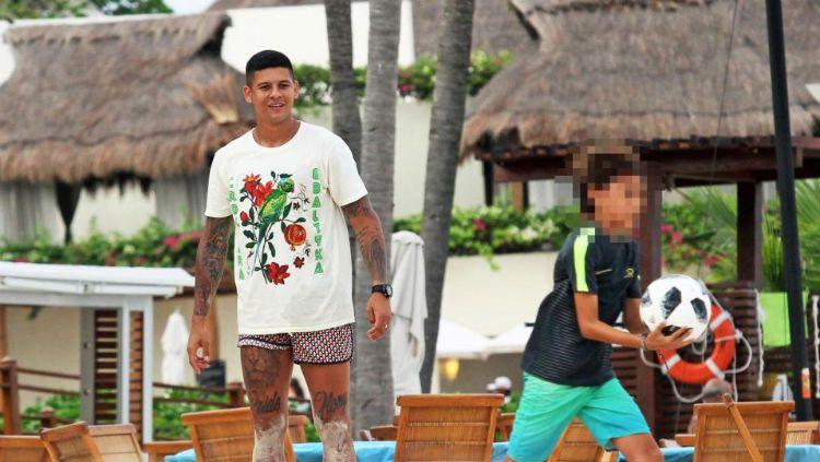 Liburan Marcos Rojo di Karibia sedikit terganggu dengan kasus kematian misterius seorang turis di hotel tempat ia menginap. Copyright: © The Sun