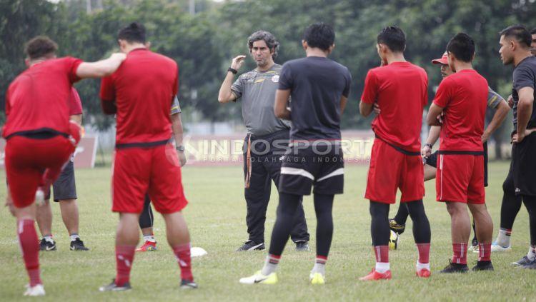 Pelatih Persija Jakarta, Stefano Cugurra Teco (tengah) saat memberi arahan kepada para anak asuhnya. Copyright: © Herry Ibrahim/INDOSPORT