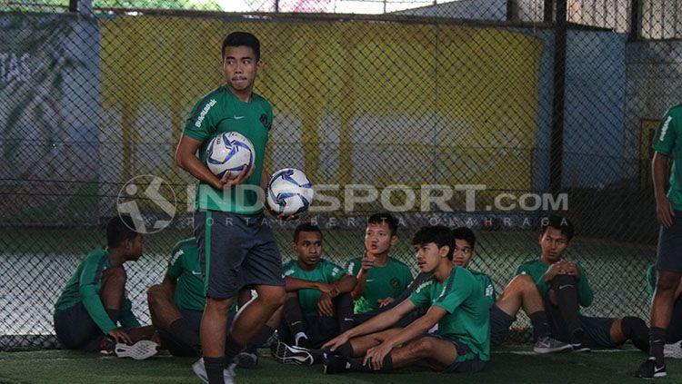 Kapten Nurhidayat (berdiri), kapten Timnas Indonesia U-19. Copyright: © Fitra Herdian/Indosport