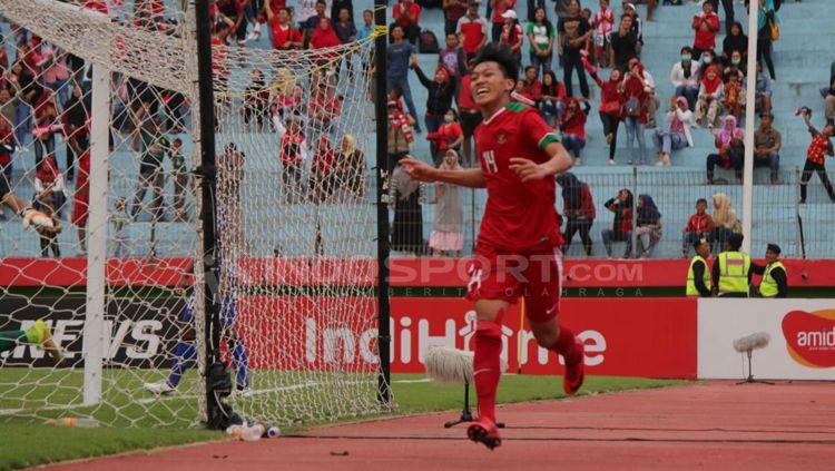 Feby Eka nyaris membuat gol indah dalam laga Timnas Indonesia U-23 vs Thailand di Merlion Cup 2019. Copyright: © Fitra Herdian/INDOSPORT