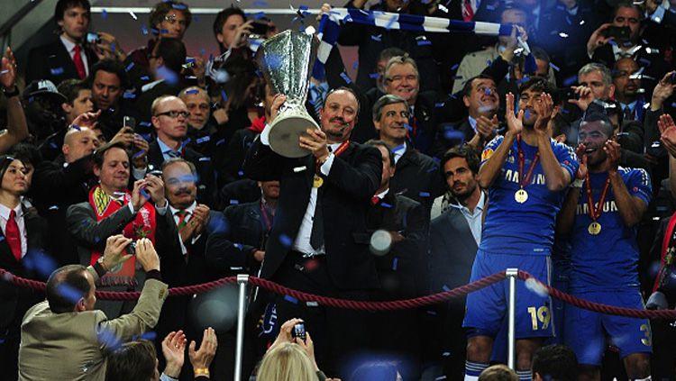 Rafael Benitez saat mempersembahkan gelar Liga Europa untuk Chelsea. Copyright: © INDOSPORT