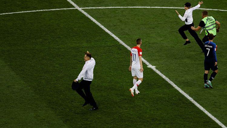 Penonton yang menyusup ke lapangan di laga final Piala Dunia 2018. Copyright: © Getty Images