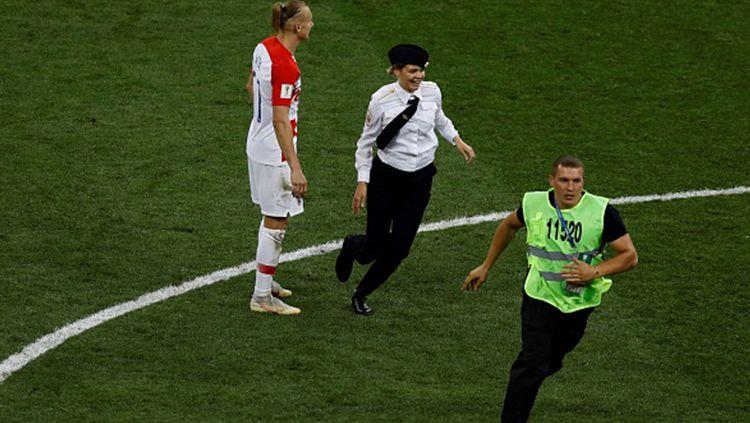 Pussy Riot menyusup ke lapangan di laga final Piala Dunia 2018 yang dijuarai oleh Prancis Copyright: © Getty Images