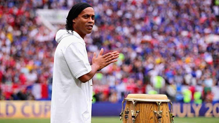 Ronaldinho turut mengisi upacara penutupan Piala Dunia 2018 sebelum dilangsungkannya laga final. Copyright: © Getty Images