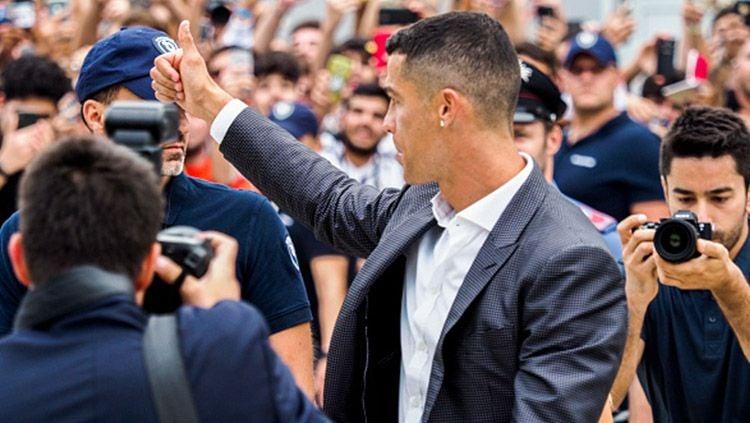 Cristiano Ronaldo sapa awak media dan suporter Juventus. Copyright: © Getty Images