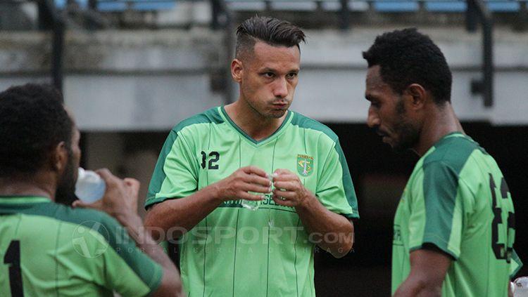 Raphael Maitimo saat istirahat usai latihan. Copyright: © Fitra Herdian/Indosport