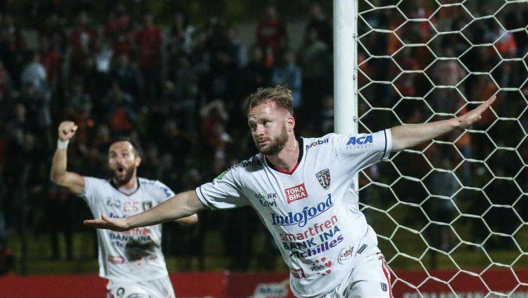 Selebrasi Melvin Platje usai cetak gol ke gawang Persija. Copyright: © Twitter.com/BaliUtd