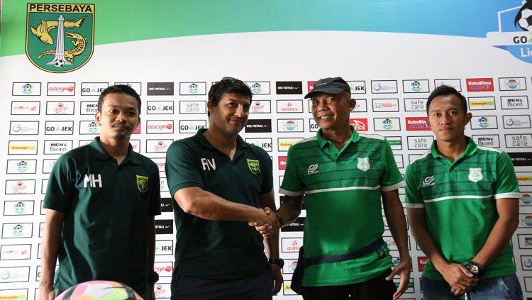 Kedua pelatih dan pemain usai press conference berakhir. Copyright: © Fitra Herdian/INDOSPORT