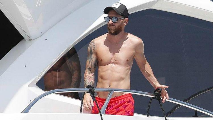Lionel Messi ketika menikmati masa liburan di Ibiza, Spanyol. Copyright: © The Mega Agency