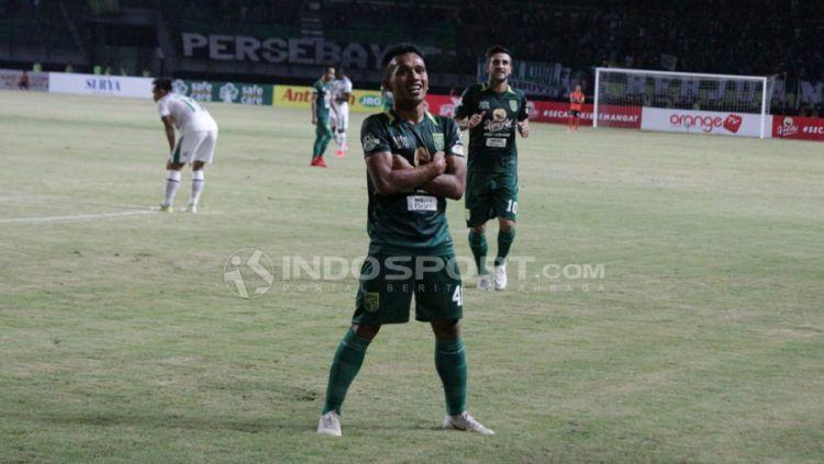 Selebrasi Irfan Jaya (Persebaya Surabaya) setelah mencetak gol ke gawang PSMS Medan. Copyright: © Fitra Herdian/Indosport.com