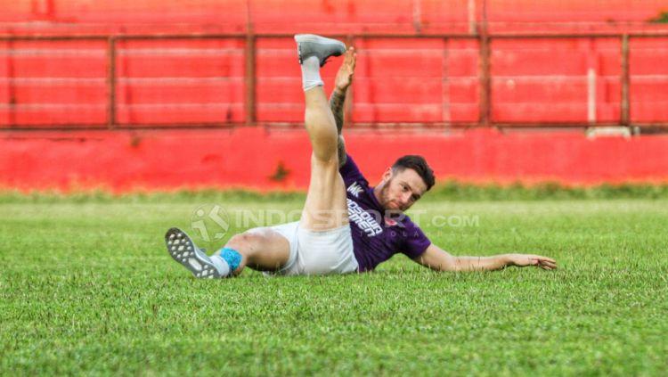 Marc Klok berlatih secara terpisah di Stadion Andi Mattalatta Mattoanging, Rabu (18/07/18). Copyright: © Wira Wahyu Utama/Indosport.com