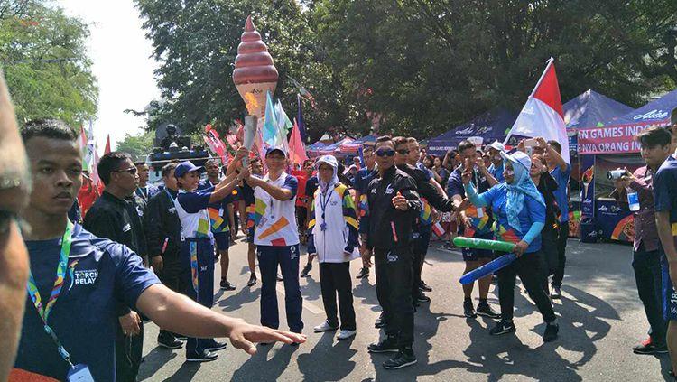 Tim pelari dari Aice turut memeriahkan torch relay Asian Games 2018 di Solo. Copyright: © Aice
