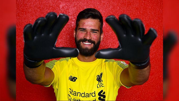 Liverpool secara resmi memperkenalkan Alisson Becker sebagai kiper anyar mereka. Copyright: © Twitter@LFC