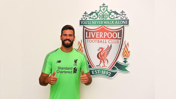Liverpool secara resmi memperkenalkan Alisson Becker sebagai kiper anyar mereka. Copyright: © Getty Images