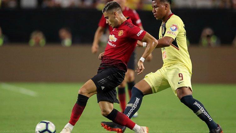 Andreas Pereira mengontrol bola dan Roger Martinez berusaha mengagalkannya. Copyright: © Getty Images
