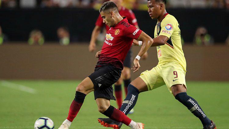 Andreas Pereira mengontrol bola dan Roger Martinez berusaha mengagalkannya. Copyright: © INDOSPORT
