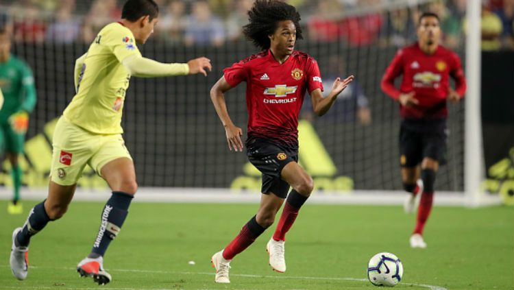 Perkembangan yang ditunjukkan pemain muda Manchester United, Tahith Chong, membuat Ole Gunnar Solskjaer pusing tujuh keliling untuk meramu skuat utamanya Copyright: © Getty Images