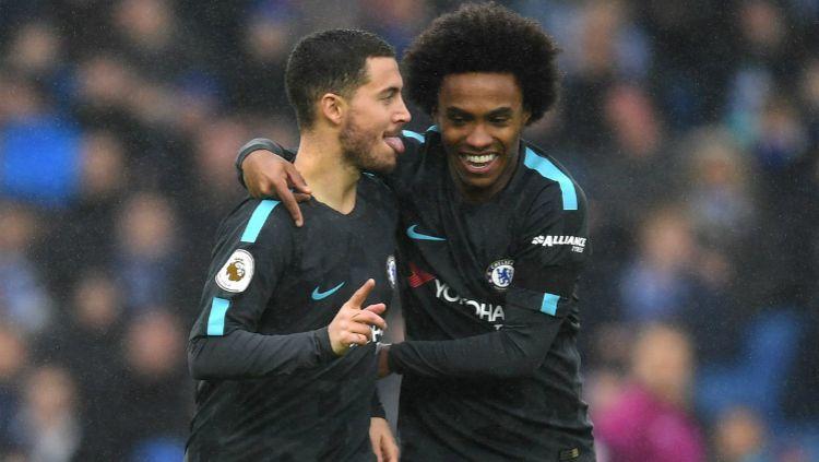Willian dan Eden Hazard sedang merayakan gol untuk Chelsea. Copyright: © Getty Images