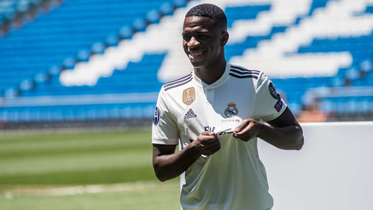 Vinicius Junior saat diperkenalkan Real Madrid. Copyright: © Getty Images
