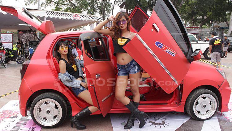 Ladies Car Community of Indonesia (LCCI) merupakan salah satu komunitas yang mewadahi para wanita yang bisa menyetir dan menyukai mobil-mobil. Copyright: © Dimas Ramadhan/INDOSPORT
