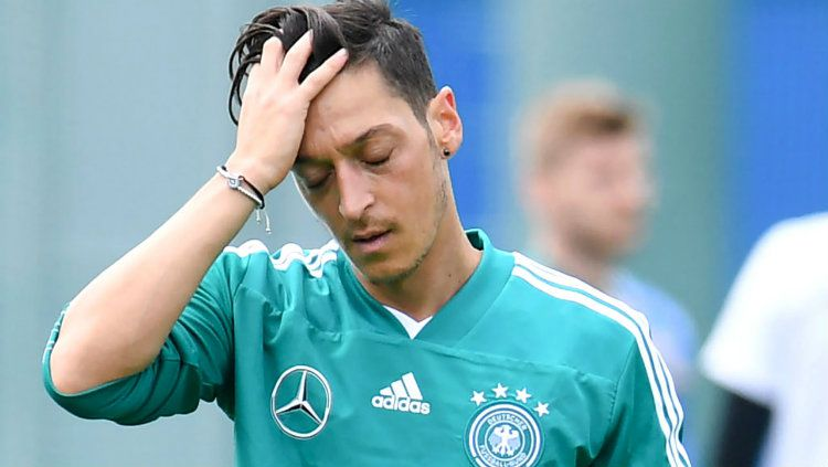 Mesut Ozil sedih. Copyright: © worldnews.com.ng