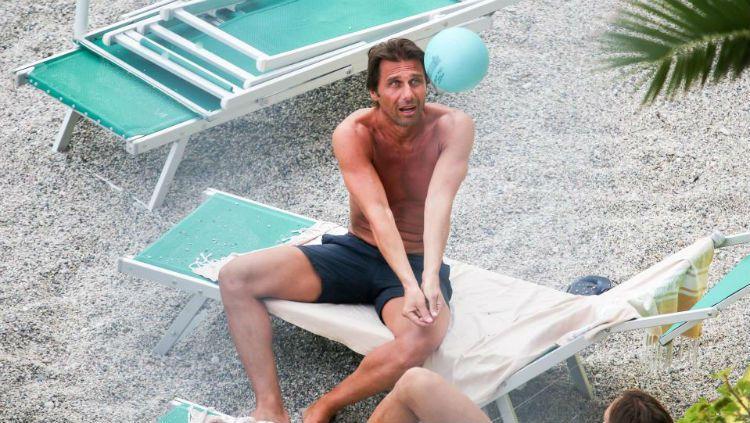 Antonio Conte berlibur ke pantai di wilayah Bergeggi, Italia. Copyright: © The Sun