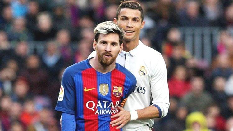 Ekspresi hangat ditunjukkan oleh Lionel Messi (kiri) dan Cristiano Ronaldo saat sedang bertanding. Copyright: © Getty Images