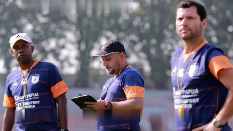Pelatih Persipura, Amilton Silva de Oliveira, analisis teknis Fabio Olivera dan asisten pelatih, Osvaldo Lessa saat mengawal sesi latihan Persipura di Surabaya. Copyright: © Media Officer