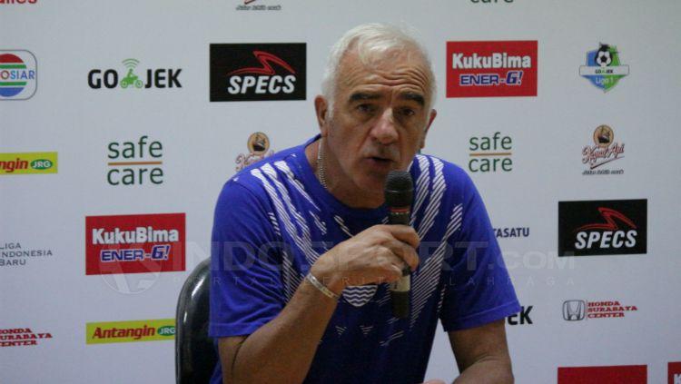 Pelatih Persib Bandung, Roberto Carlos Mario Gomez saat konferensi pers usai pertandingan. Copyright: © Fitra Herdian/INDOSPORT