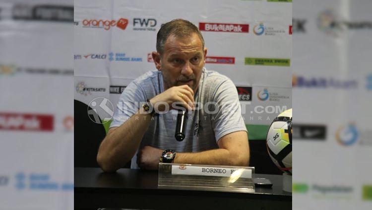 Dejan Antonic saat melakukan konferensi pers. Copyright: © Muhammad Effendi/INDOSPORT
