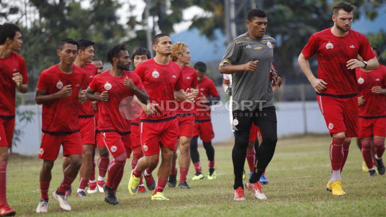Para pemain Persija Jakarta melakukan pemanasan sebelum berlatih. Copyright: © Herry Ibrahim/INDOSPORT
