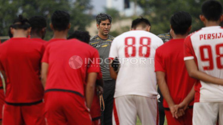 Pelatih Teco saat memberikan arahan kepada pemainnya sebelum berlatih. Copyright: © Herry Ibrahim/INDOSPORT