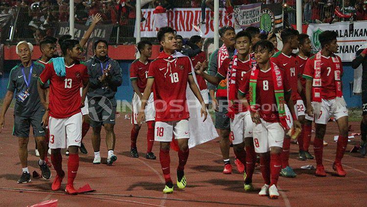 Pemain timnas Indonesia U-16 melakukan putaran kemenangan. Copyright: © Fitra Herdian/INDOSPORT