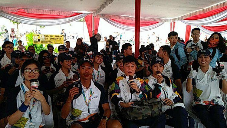 Para pelari kirab obor menikmati es krim Aice yang menjadi sponsor Asian Games 2018. Copyright: © AICE