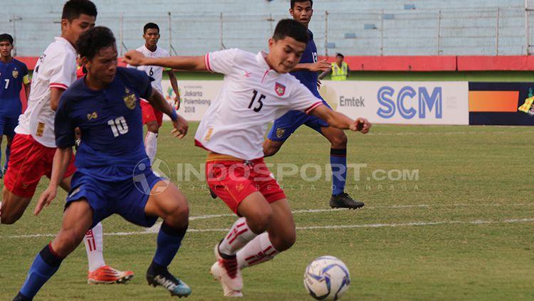 Dua pemain Myanmar berusaha menutup pergerakan pemain Thailand. Copyright: © Fitra Herdian/Indosport