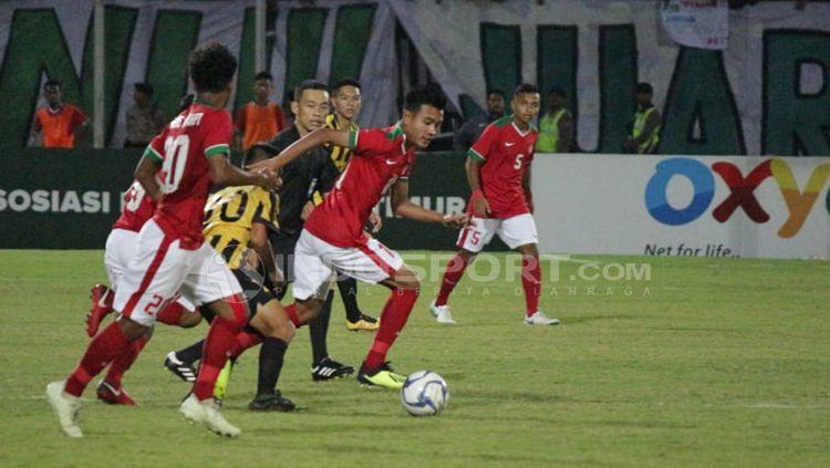 Situasi pertandingan Indonesia U16 melawan Malaysia. Copyright: © Fitra Herdian/Indosport