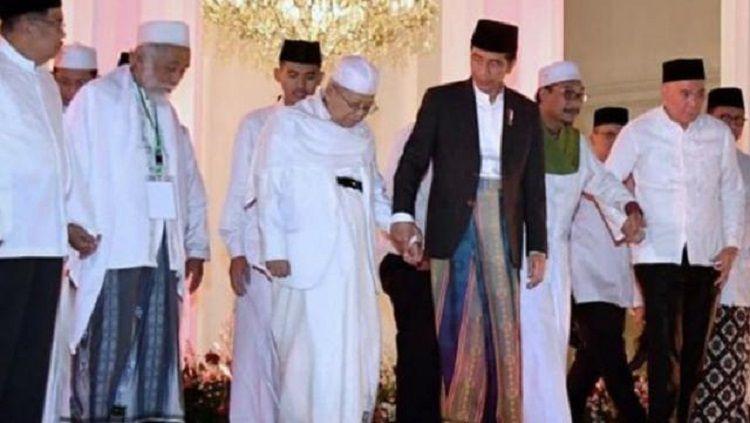 Prof. KH. Ma'ruf Amin digandeng oleh Presiden Joko Widodo. Copyright: © liputan 6