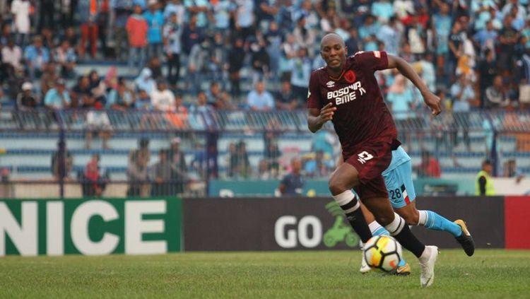 Alessandro Ferreira Leonardo membawa bola ke arah gawang Persela Lamongan. Copyright: © PSM Makassar