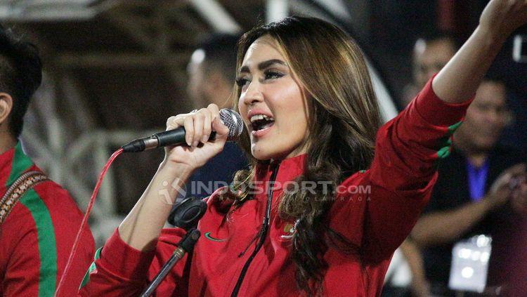 Intan Saumadina saat bernyanyi di Stadion Gelora Delta, Sidoarjo. Copyright: © Fitra Herdian/Indosport.com