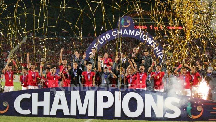 Selebrasi Indonesia setelah menjuarai Piala AFF U-16. Copyright: © INDOSPORT/Fitra Herdian