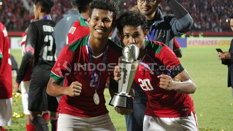 Bagus Kahfi dan Bagas Kaffa merayakan keberhasilan Indonesia menjuarai Piala AFF U-16. Copyright: © Fitra Herdian/INDOSPORT